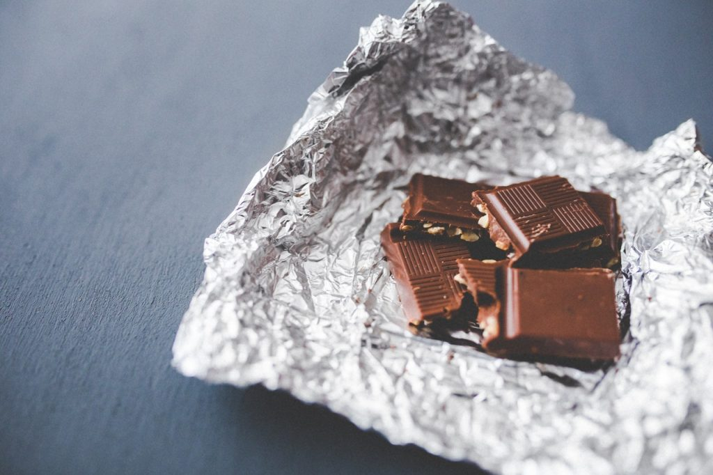carrés dans de chocolat dans du papier aluminium